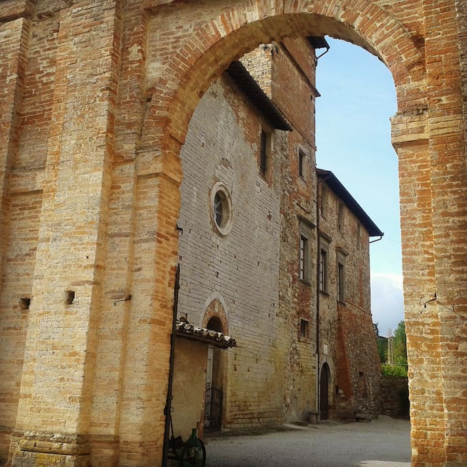 Arco d'ingresso e piazza