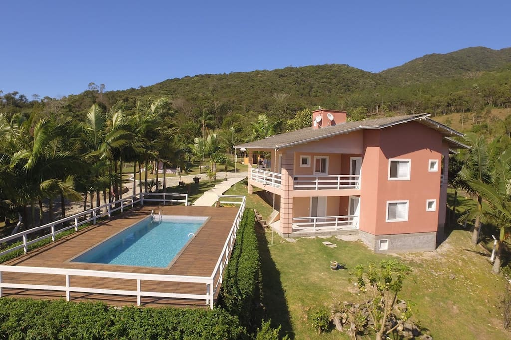 Varanda com vista panorâmica para a piscina e a natureza