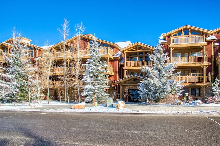 Top-floor condo w/ private hot tub, breathtaking views, & shared pool!