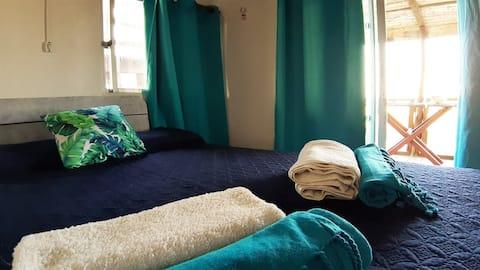 Excelente vista a jardín y mar, con baño en suite.