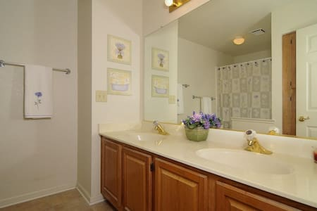 room with private bathroom - Roseville - Casa