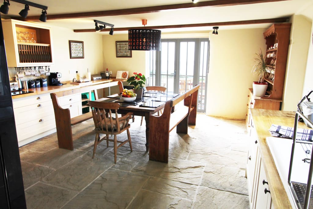Traditional Farmhouse kitchen/dinerfor aspiring chefs!