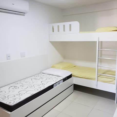 Quarto 2 - Com 2 camas, 1 bicama e 1 beliche. Colchões super confortáveis, novos e higienizados.