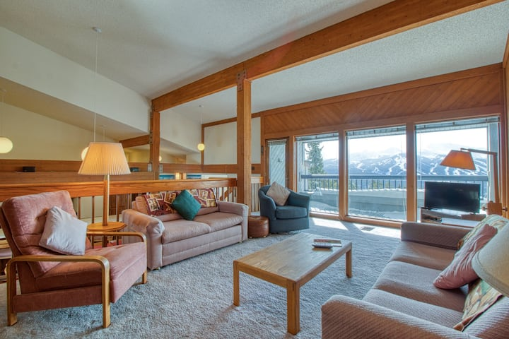 Large mtn-top condo w/shared hot tub,game room & private balcony