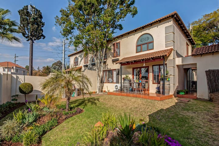 Cute & Cosy T/house with private garden in Sandton