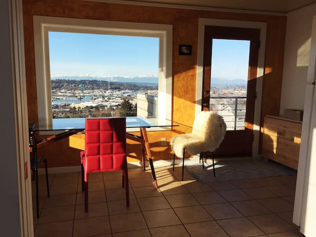 Private Room in Lighthouse Apt. with Deck and View - Seattle - Huoneisto