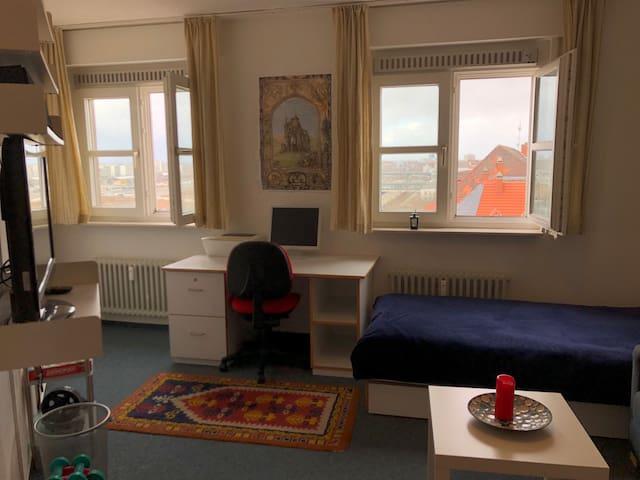 A top floor sunny room near Hbf Bahnhof