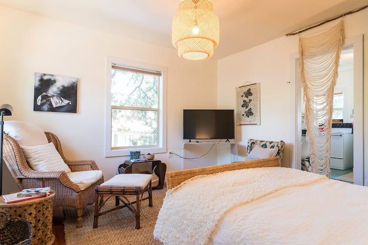 Downtown Cozy White Salmon Studio w/ Full Kitchen