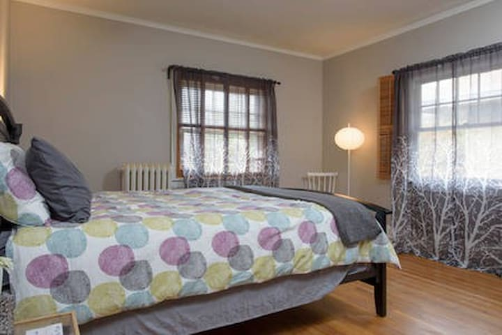 The Parisian Room, 10 min drive to downtown
