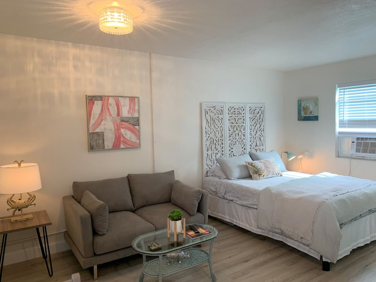 Completely updated studio apartment in downtown Lake Worth Beach!  Private entrance with easy to use keyless entry, and all the comforts of home in this private suite.  Walk out your front door to restaurants, cafes, breweries and the beach 1 mile!