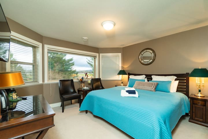 Birch Room with King-size bed has the view of the backyard, swimming-pool, river and mountain