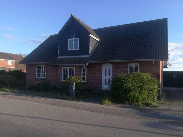 fint hus tæt på fjord og vesterhavet.