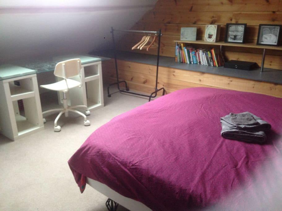 La chambre est dotée d'un bureau et si vous aimez la lecture, une petite bibliothèque est à votre disposition.