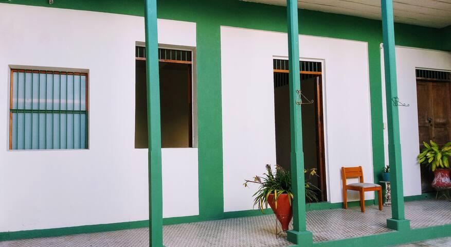 Habitación amplia y central con baño privado