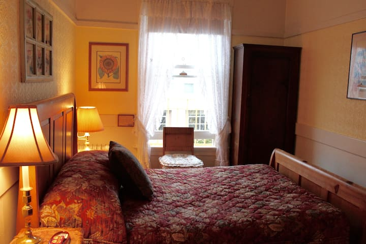 Cozy Double Bed Hotel w/Shared Bath