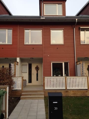 New townhouse close to city! - Sundbyberg - Casa