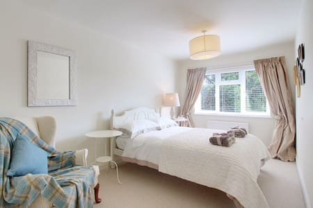 Light, spacious ensuite double room - Marlow - Bed & Breakfast