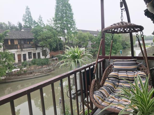 乌镇福昌桥客栈  木屋阁楼河景大床房  可停车  免费接送  免费早餐