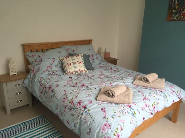Bright double room nr Lusty Glaze, Newquay