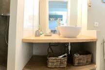 la salle de bain : sèche-cheveux et serviettes de plage fournis