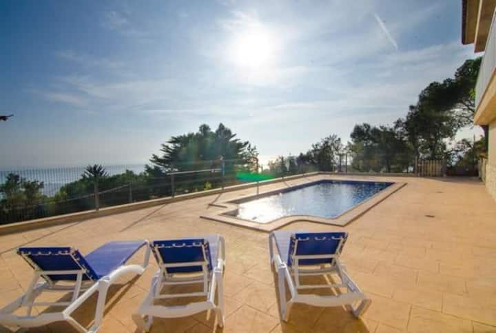 Villa Breeze, private pool, sea views only 2 km from the beach