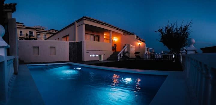 Casa con piscina y vista al mar