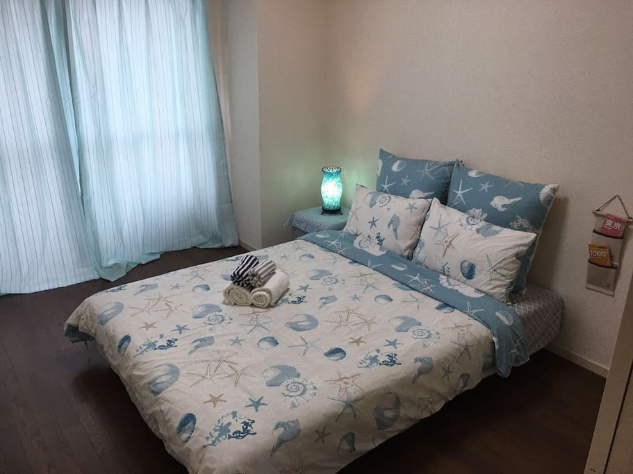 水蓝色的窗帘、白蓝色调的床上用品,就是我们想为来入住的您和家人创造安静和舒适的入住环境。