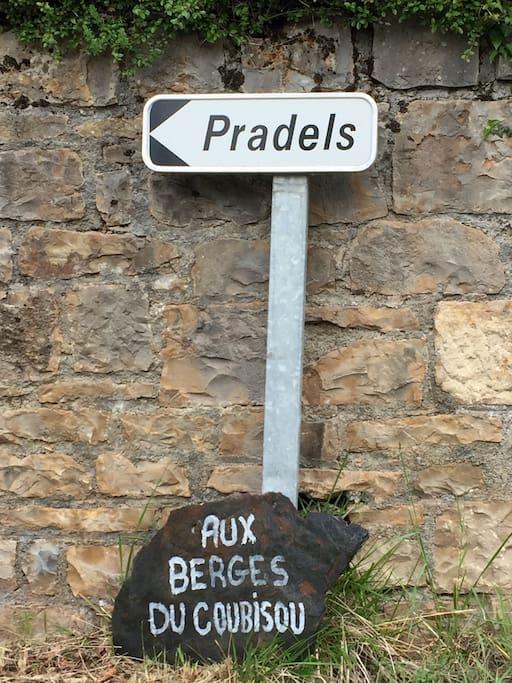 À l'entrée de la maison, lieu-dit Pradels, maison d'hôtes : Aux Berges du Coubisou