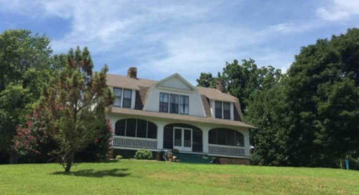 Hemingway House: Updated historic home