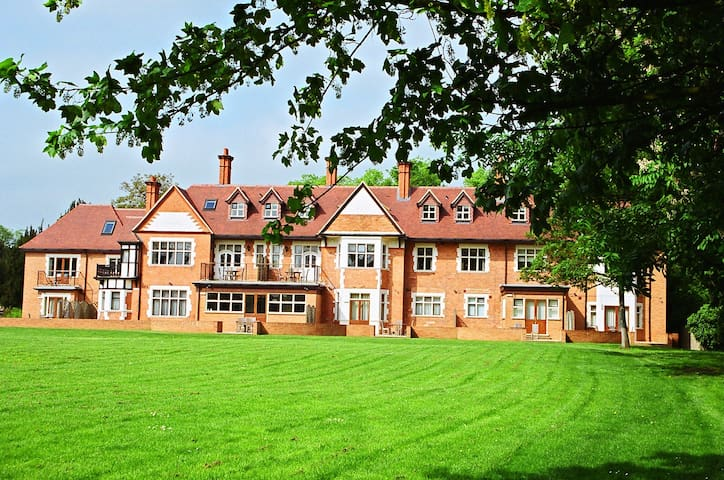 3 Bed apartment, gated complex on River Thames. Pet Friendly - Charges Apply (enquire at time of booking)