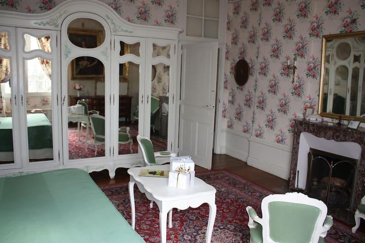 séjour au château chambre de Bonne Maman - Isle - Kasteel