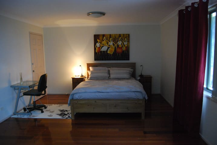 Master Bedroom , ensuite, spacious - Glenfield - House