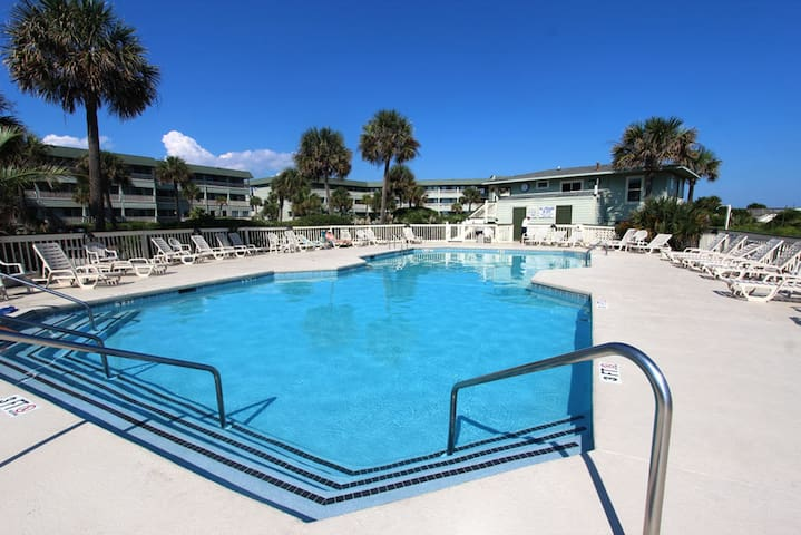 Oceanfront Condo w/ Pool and Fishing Pier!