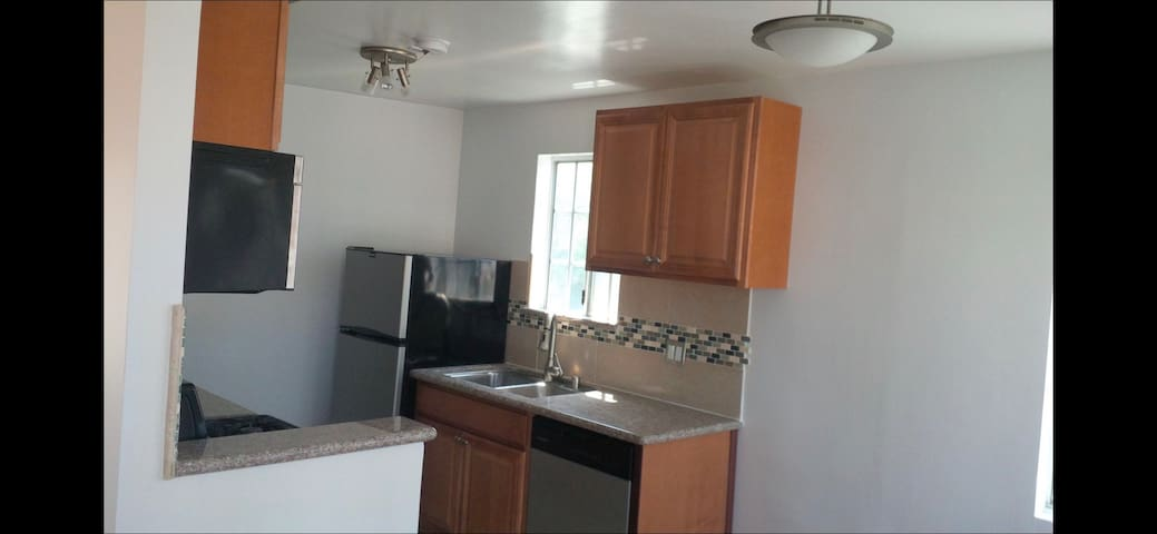 Top Floor Cute-Bright 1bed Apt w/360view & Laundry