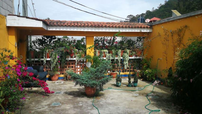 Linda habitacion con flores en sumpango