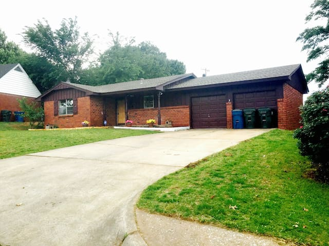 Family Home Near Tinker & Downtown - Midwest City - Casa