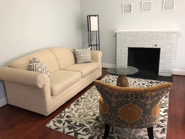 Newly renovated 2 bedrooms 2nd floor unit