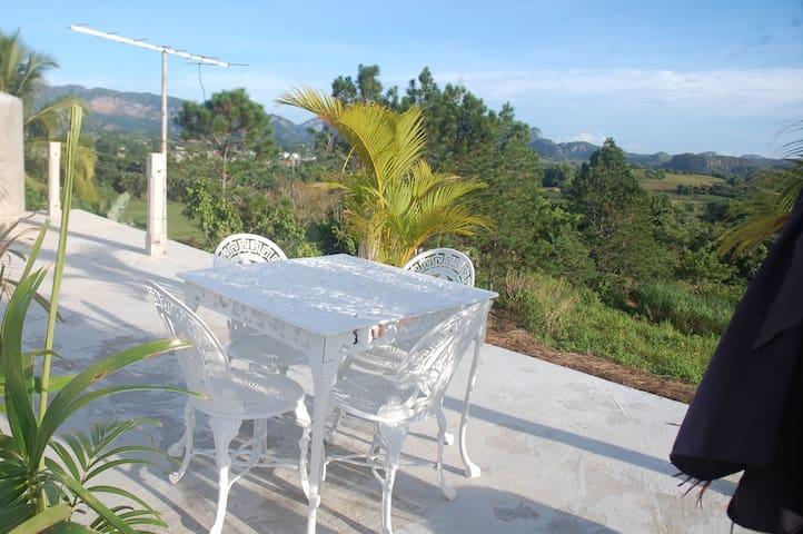 mesa en la terraza para relajarse