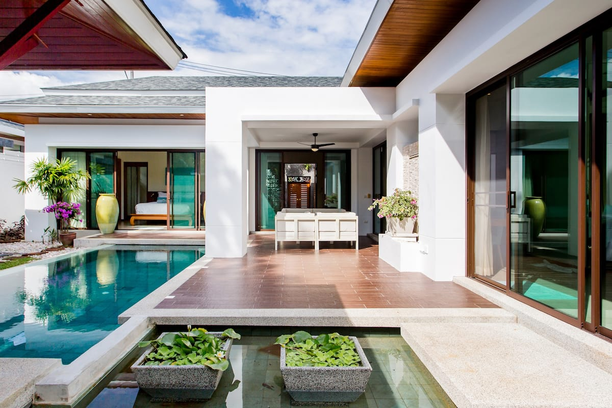 Serene Contemporary Villa with a Swimming Pool