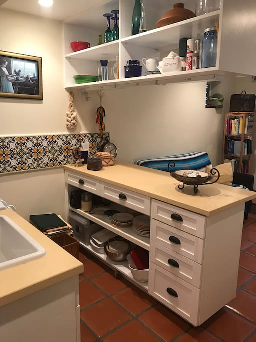 Fully equipped kitchen, including stove, coffee grinder, popcorn for popping,...