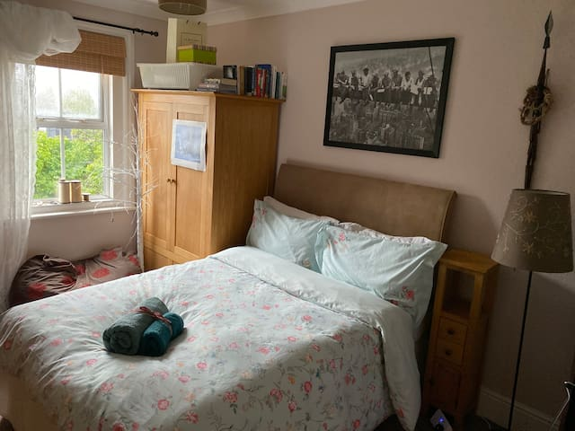 Private Double Bedroom, close to Town Centre