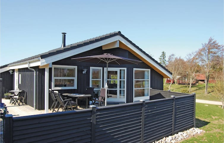 Holiday cottage with 2 bedrooms on 74m² in Roslev