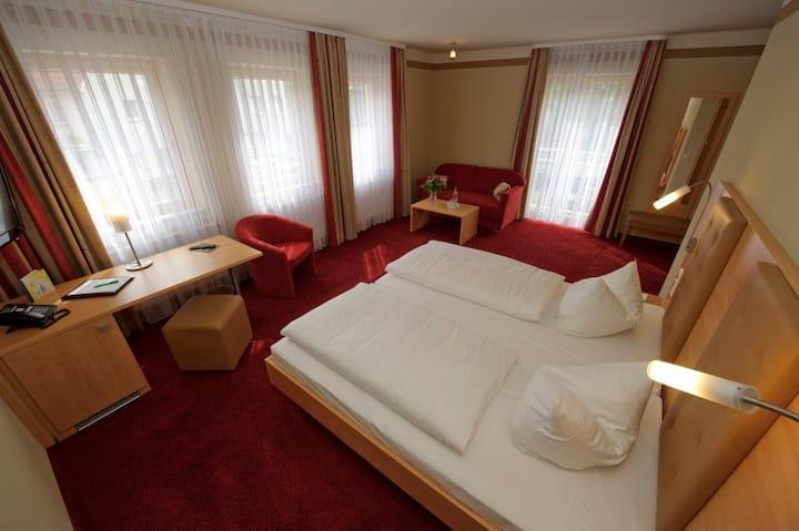 Land-Gut-Hotel Adlerbräu (Gunzenhausen), großes Doppelzimmer mit Flachbild-TV