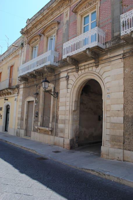 prospetto sul corso V.Emanuele con i balconi al primo piano