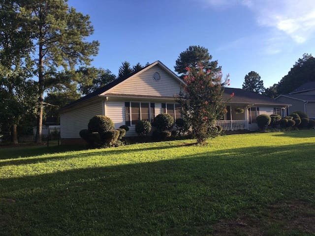 Safe and Convenient 3B2B Place - Greenville - Dom