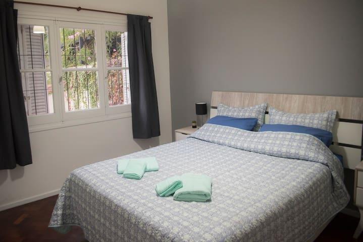 Habitación 1: cama Queen