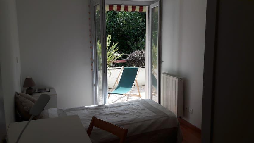 chambre sur terrasse  parking privé très bon lit