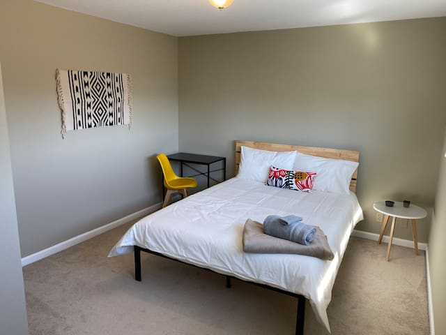 e4. Private Bedroom/Queen Bed - Shared Co-ed House