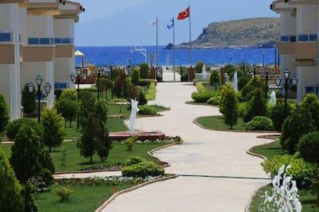 Beachfront Apartment with Parking - Gümüldür - Huoneisto
