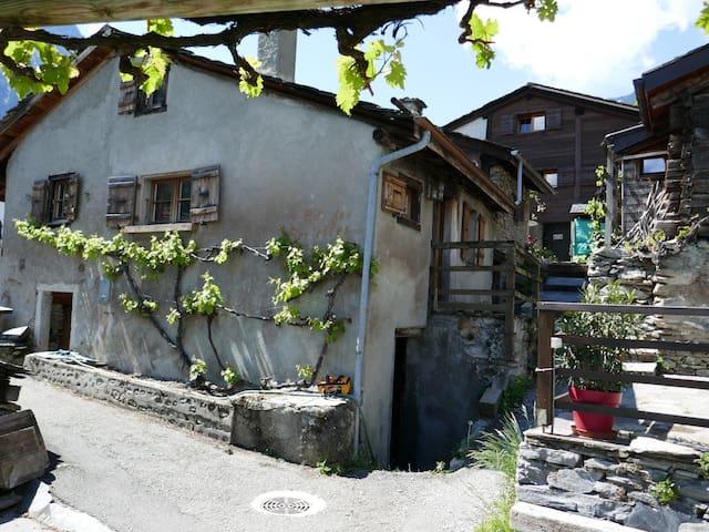 Mazot rustique dans le vignoble du Valais